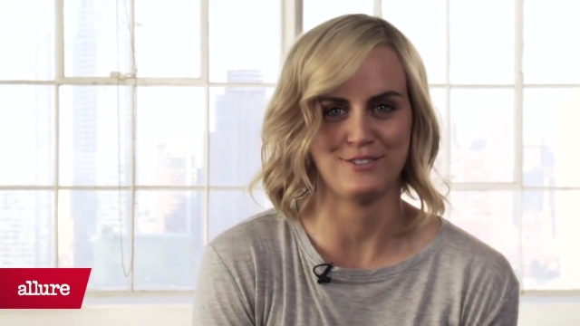 Taylor Schilling Goes to Jail, Draped in Jewels.mp4_20160112_210237.722