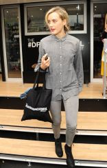 taylor-schilling-gap-s-dressnormal-project-in-brooklyn-october-2014_1